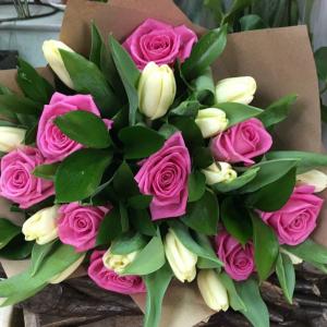 Букет цветов Тюльпаны, розы в крафте