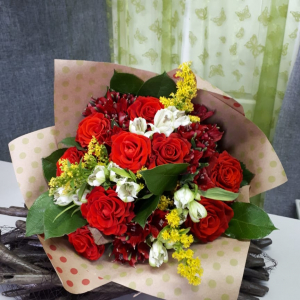 Букет цветов, розы, альстромерия, солидаго.