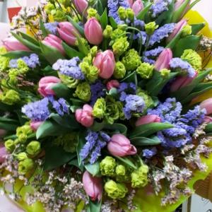 Букет цветов Тюльпаны, лизиантус, статица.