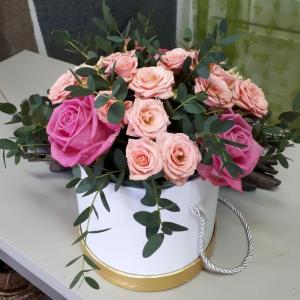 Композиция в шляпной коробке из роз.