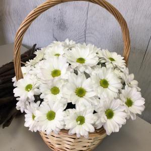 Композиция в корзине из кустовых хризантем